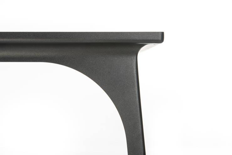 Detail eettafel Café 6116: modern  door Ruben van Megen, Modern Bont Wit