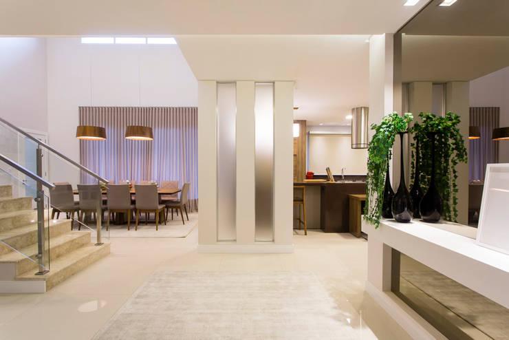 Pasillos y recibidores de estilo  por Join Arquitetura e Interiores