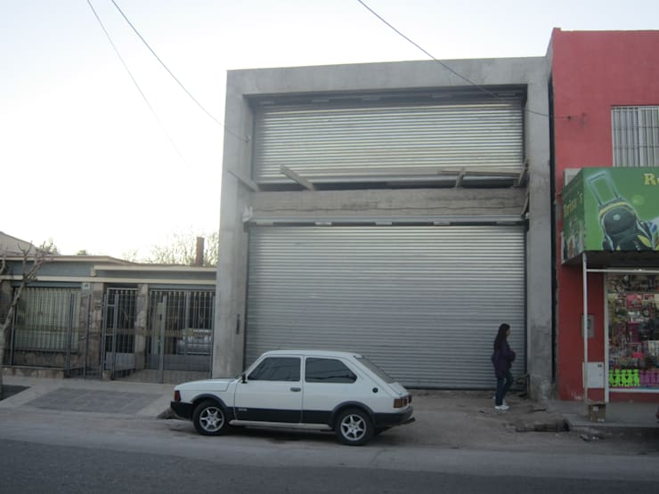 LOCAL COMERCIAL & DEPOSITOS: Oficinas y Tiendas de estilo  por Arq. Leticia Gobbi & asociados,
