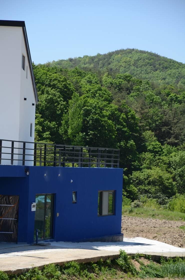 주변환경과 의 관계: 건축사사무소 카안 |Architect firm KAAN의  베란다,