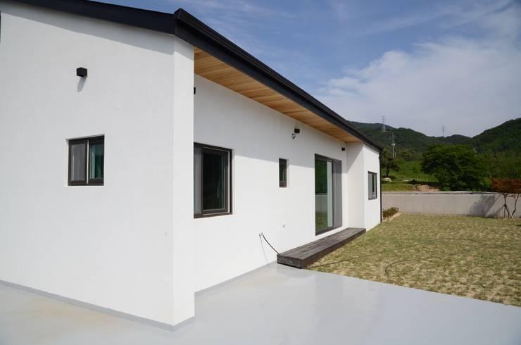 앞마당: 건축사사무소 카안 |Architect firm KAAN의  정원,