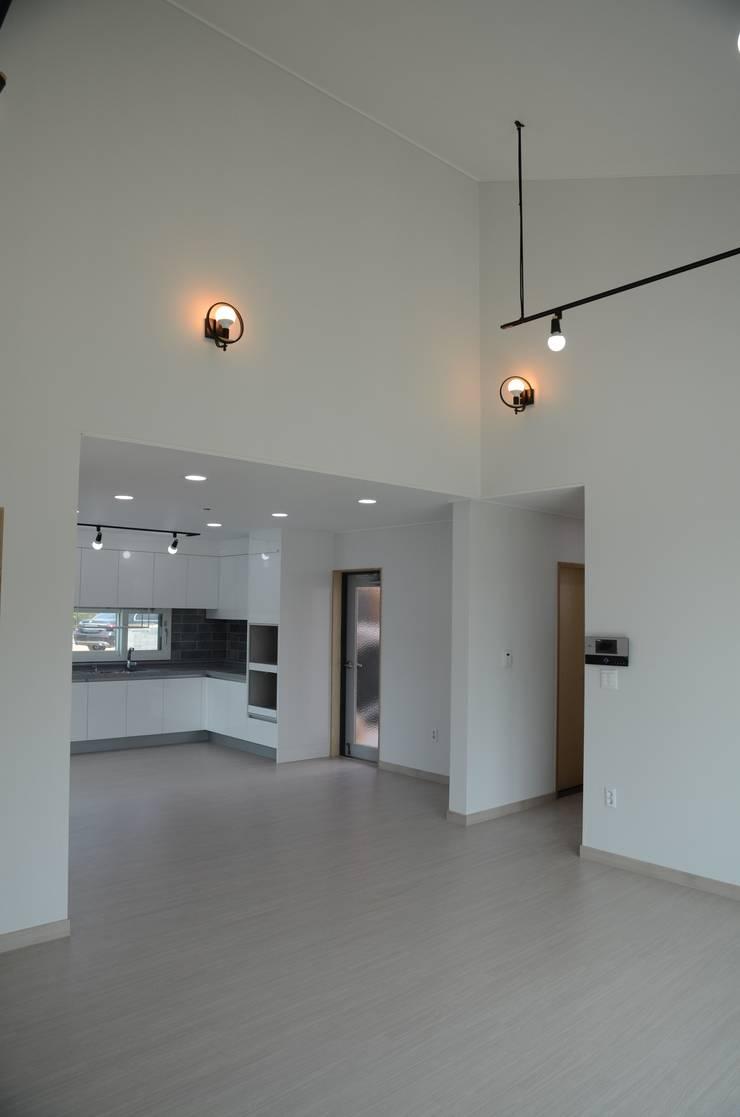 거실: 건축사사무소 카안 |Architect firm KAAN의  거실,
