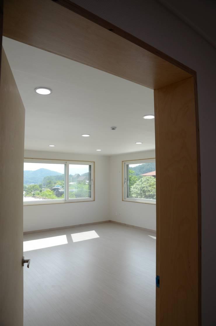 열린 창호: 건축사사무소 카안 |Architect firm KAAN의  서재 & 사무실,