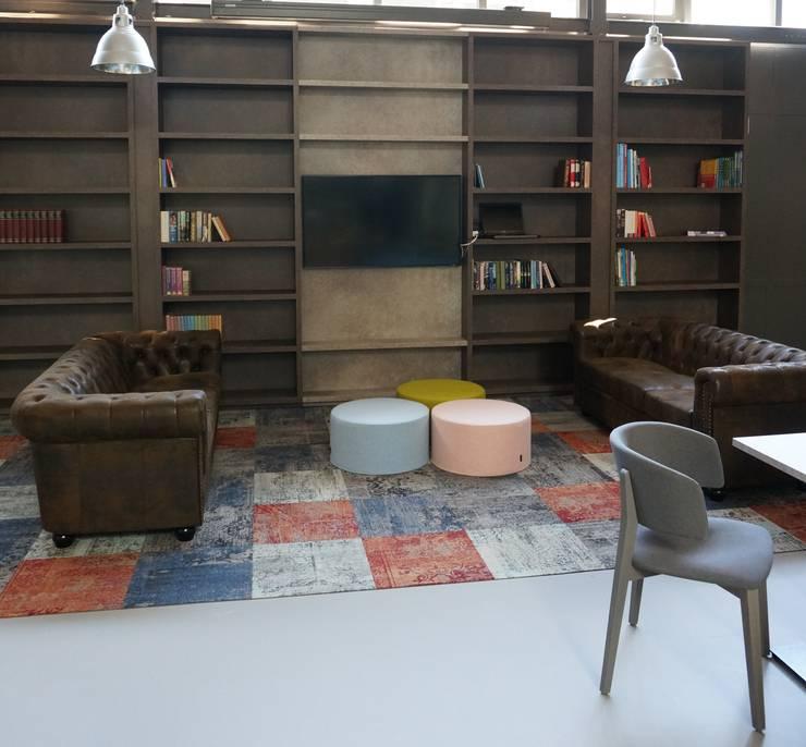 bibliotheek en maatwerk van onze meubelmakers:  Kantoren & winkels door AID Interieur Architecten