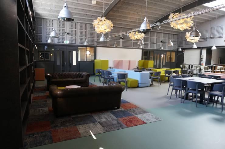kurkgietvloeren:  Kantoorgebouwen door AID Interieur Architecten, Eclectisch