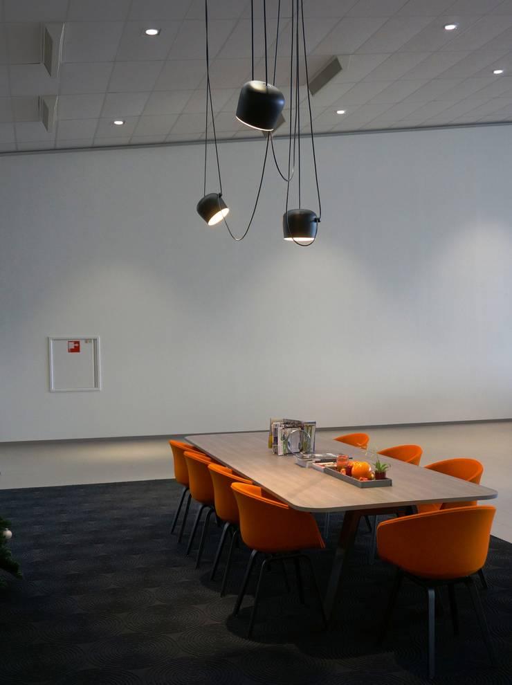 leestafel en verlichting van Flos:  Autodealers door AID Interieur Architecten, Eclectisch