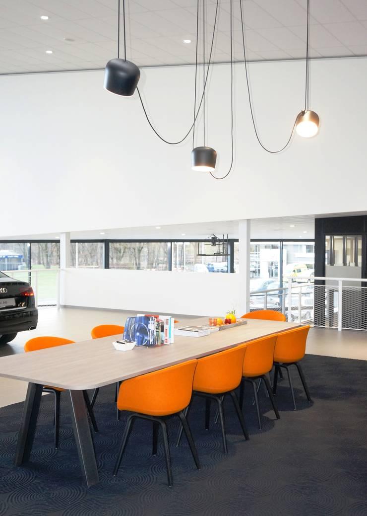 VW showroom:  Autodealers door AID Interieur Architecten, Eclectisch