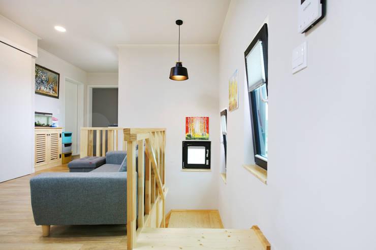 동화같은 마당을 품은 아기자기한 전원주택: 한글주택(주)의  거실