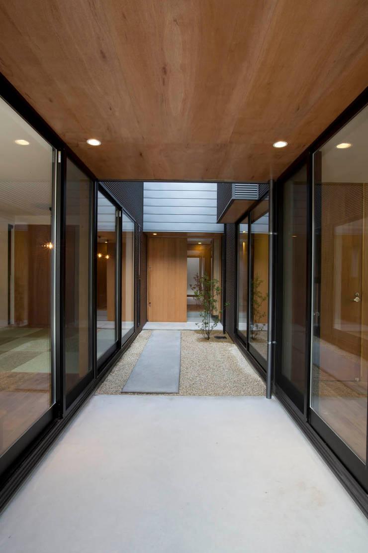 福徳町の家: 今井賢悟建築設計工房が手掛けた庭です。,モダン