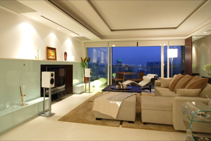 evergreen villa:  Living room by wayne corp
