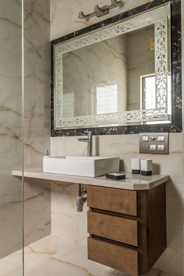 Rishi Villa—Pune:  Bathroom by Aesthetica