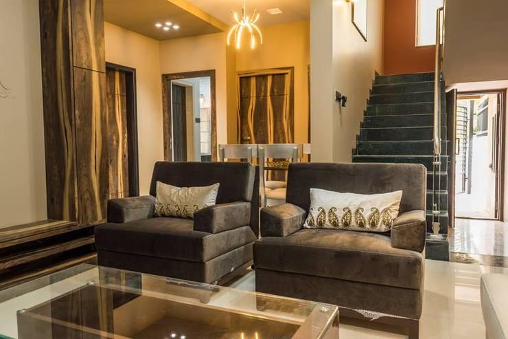 Rishi Villa - Pune:  Living room by Aesthetica