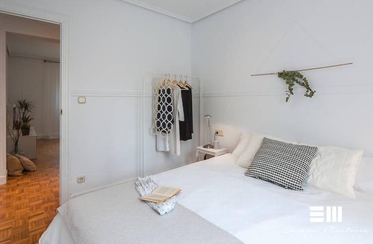 Home Staging completo con muebles de cartón en vivienda no amueblada:  de estilo  por Encarni Martínez Home Staging