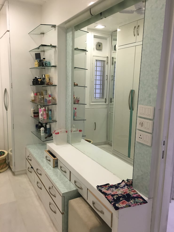 Dressing table: modern Dressing room by SA Architects