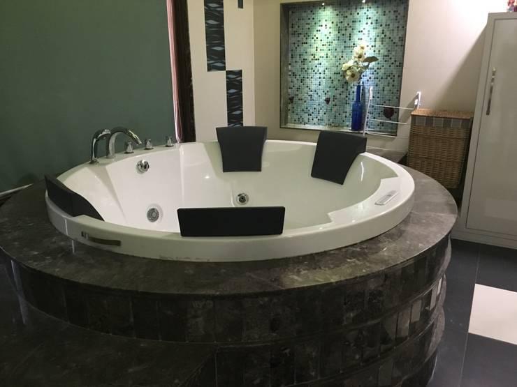 Circular Bathtub being placed accordingly:  Bathroom by SA Architects