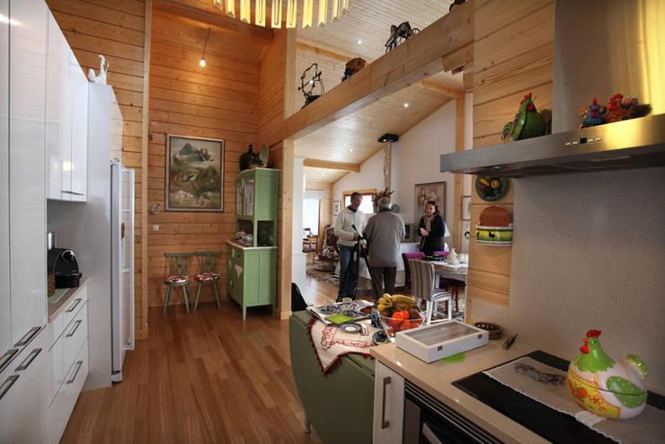 RUSTICASA | Casa no Sardoal | Santarém: Armários de cozinha  por Rusticasa