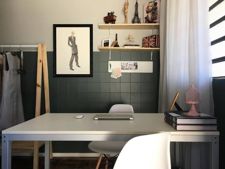 Estúdio de Moda: Escritório e loja  por Bruna Torres Arquitetura + Interiores