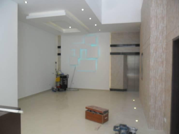 Diseño y costrucción fachada lobby Edificio House Center.:  de estilo  por Diseño y Construccion