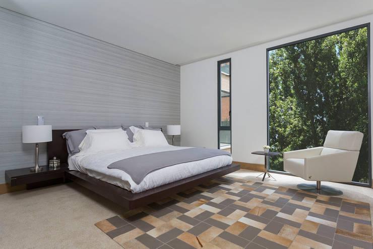 APARTAMENTO NORTE DE BOGOTA: Habitaciones de estilo moderno por ATELIER CASA S.A.S