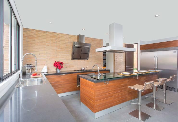 Cocina Snaidero - Proyecto terminado Atelier Casa: Cocinas de estilo moderno por ATELIER CASA S.A.S