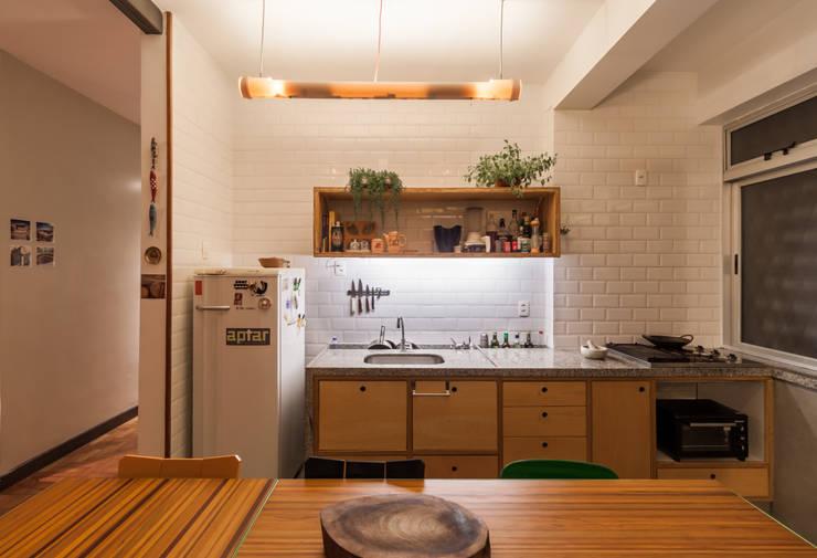 Apartamento no bairro Santo Antônio: Cozinhas  por Aptar Arquitetura