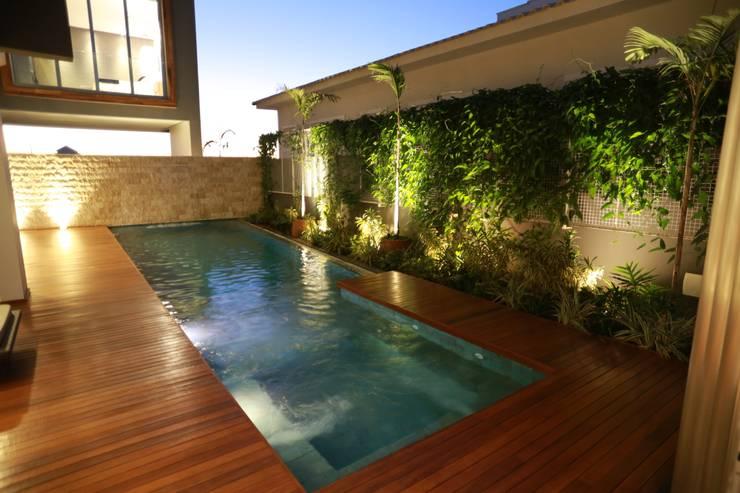 Residência DP: Piscinas  por Pavesi Arquitetura