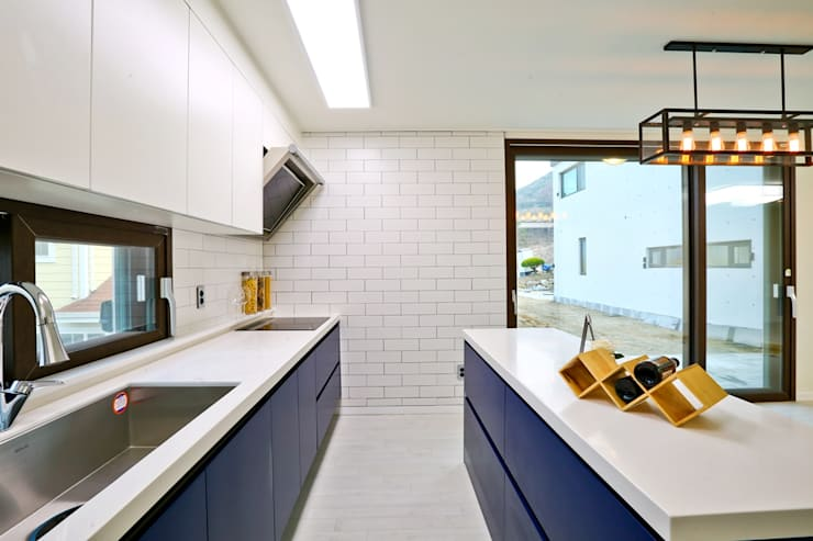 북카페 인테리어가 포인트 되는 전원주택: 한글주택(주)의  주방,