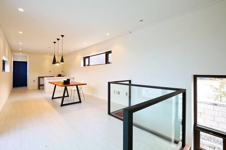 북카페 인테리어가 포인트 되는 전원주택: 한글주택(주)의  서재 & 사무실,