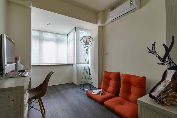 現代風設計個案:  書房/辦公室 by 精洲室內裝潢工程有限公司