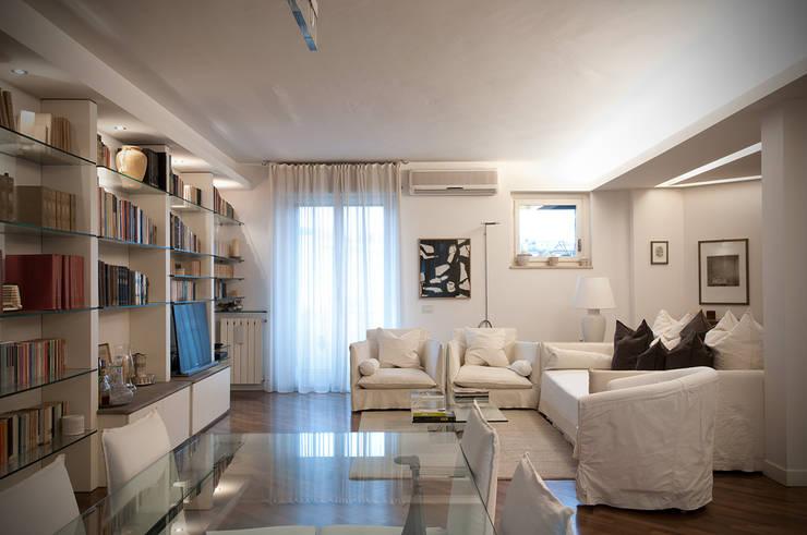 Soggiorno - White Light: Soggiorno in stile  di Orsini Architects