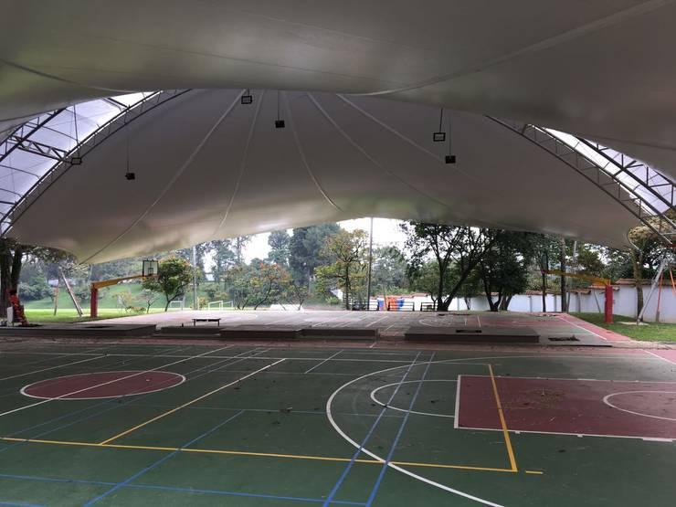 MEMBRANA ARQUITECTONICA – Colegio Alemán – Medellin: Gimnasios  de estilo  por Bocanumenth Arquitectura Textil,