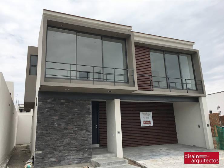 Casa Bijan J-18: Casas de estilo  por disain arquitectos