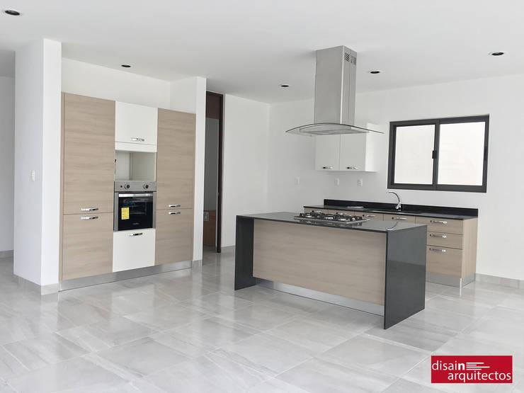 Casa Bijan J-18: Cocinas de estilo  por disain arquitectos