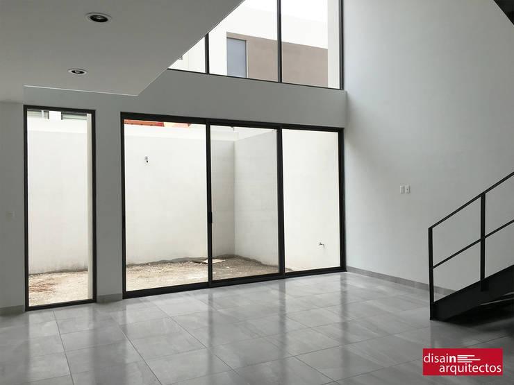 Casa Bijan J-18: Salas de estilo  por disain arquitectos