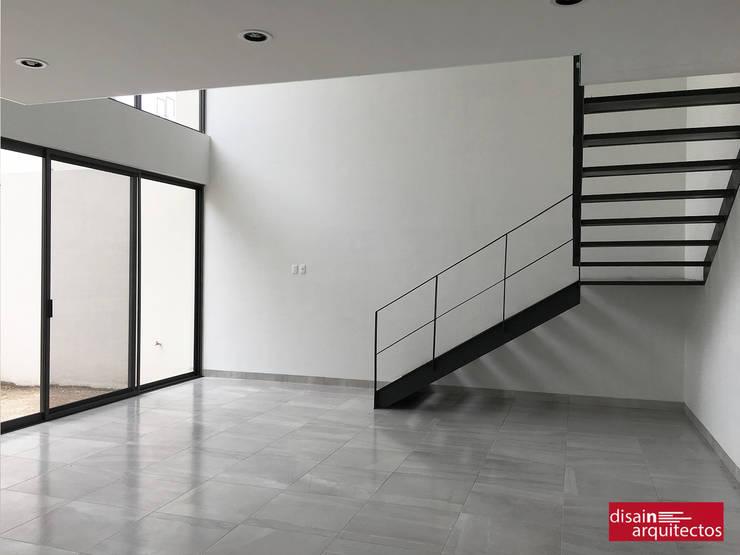 Casa Bijan J-18: Pasillos y recibidores de estilo  por disain arquitectos