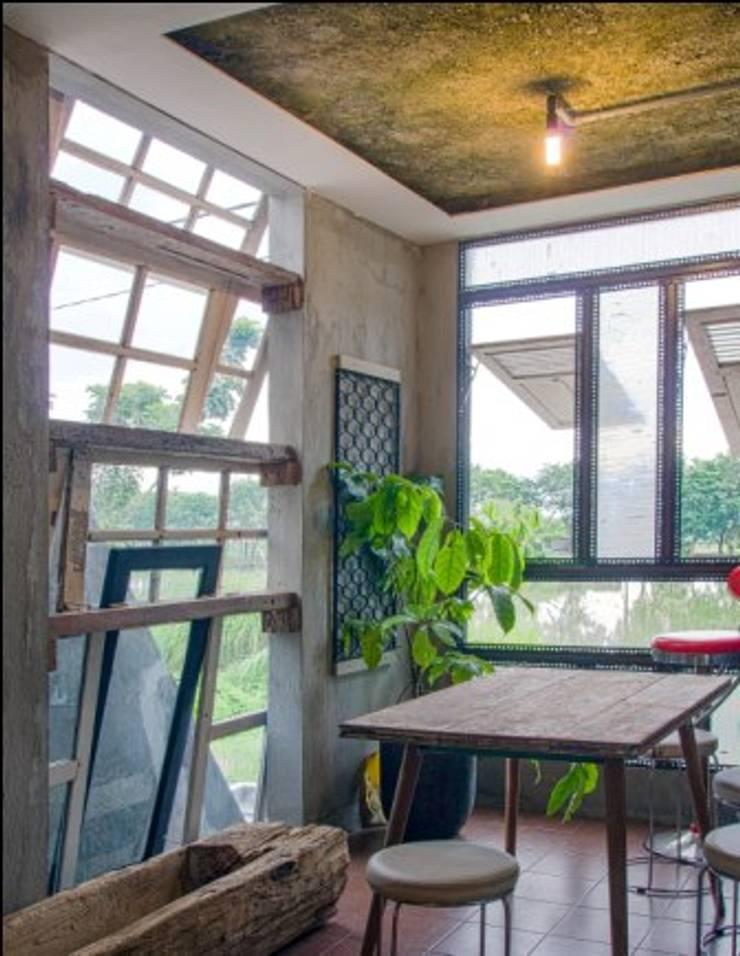 omah amoh:  Ruang Kerja by Gursiji studio & galeri