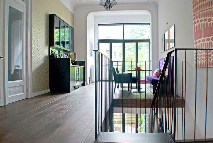 Moderne trap:  Gang en hal door Van Bruchem Staircases & Interiors