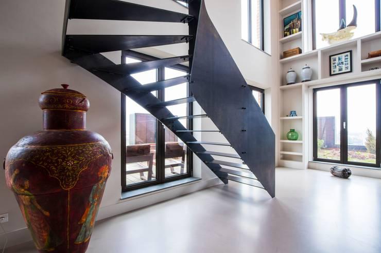 Stalen trap Zuidas:  Gang en hal door Van Bruchem Staircases & Interiors