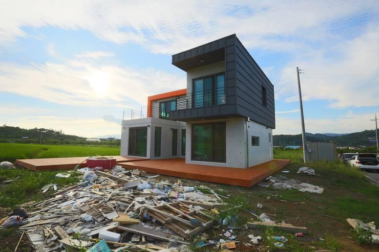 직선의 미학을 보여주는 모던 전원주택: 한글주택(주)의  주택