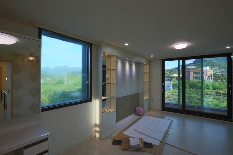직선의 미학을 보여주는 모던 전원주택: 한글주택(주)의  거실