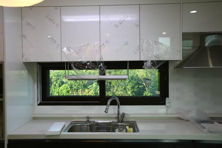 직선의 미학을 보여주는 모던 전원주택: 한글주택(주)의  주방