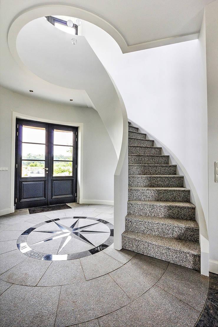 Wenteltrappen in toren:  Gang en hal door Van Bruchem Staircases & Interiors