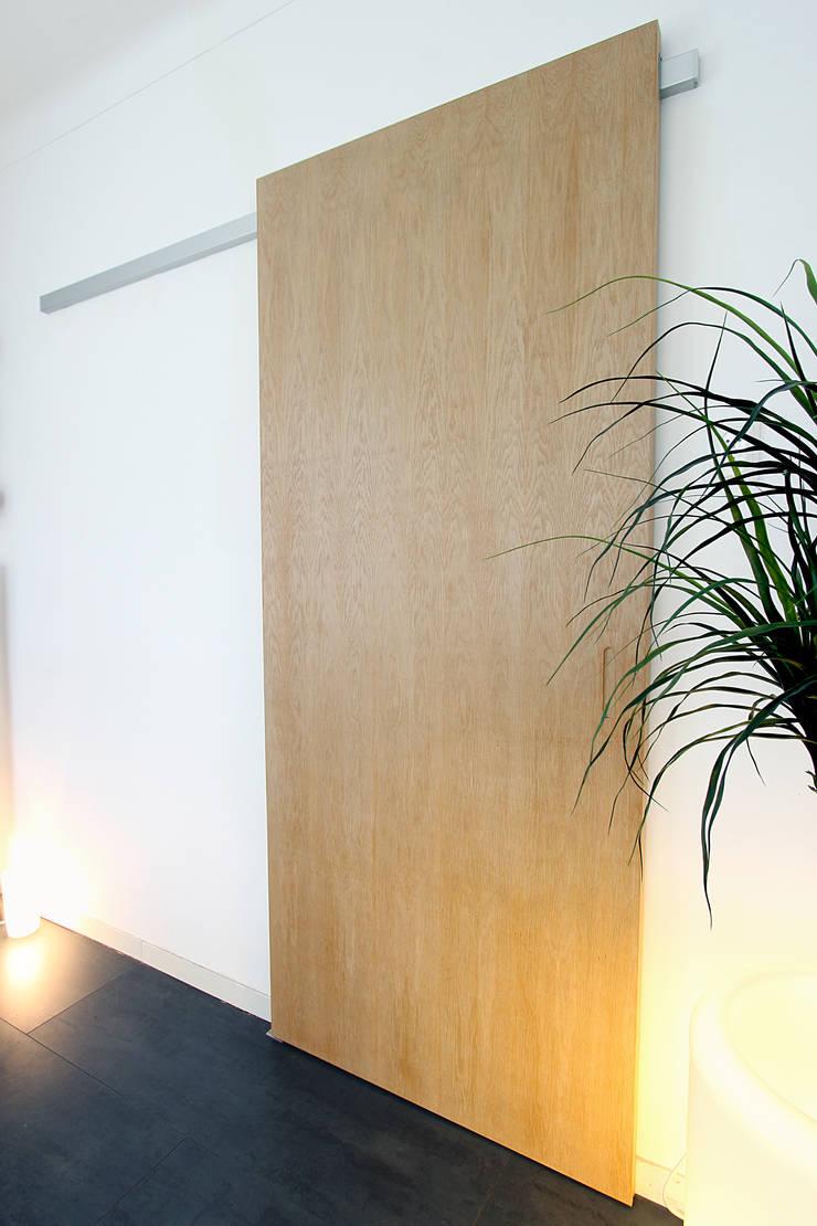 玄關、走廊與階梯 by Nya Interieurontwerp,