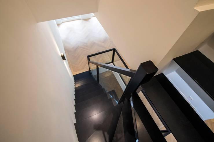Zwevende trap glas:  Gang en hal door Van Bruchem Staircases & Interiors