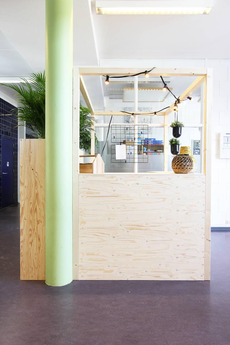 Hoofdgebouw basisschool Het Spectrum Delfgauw:  Scholen door Nya Interieurontwerp, Modern