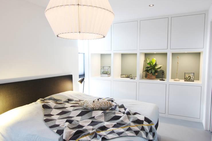 Zolderverdieping Delfgauw:  Slaapkamer door Nya Interieurontwerp