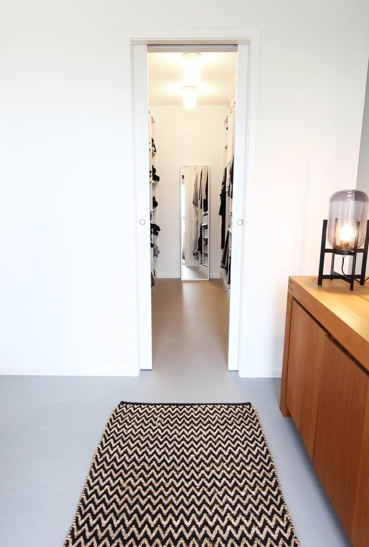 Zolderverdieping Delfgauw:  Kleedkamer door Nya Interieurontwerp