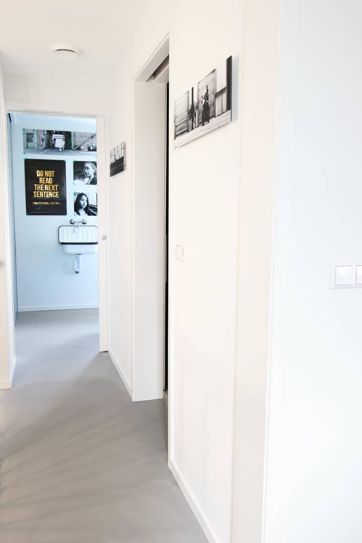 Zolderverdieping Delfgauw:  Gang, hal & trappenhuis door Nya Interieurontwerp