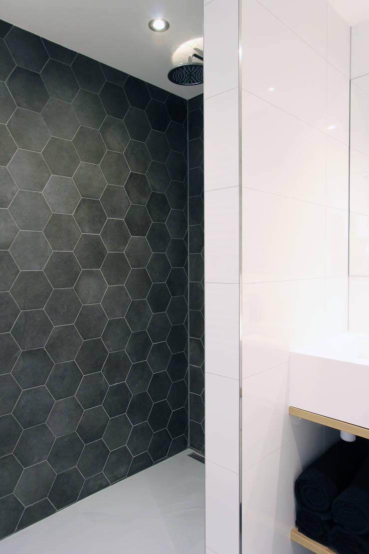 Zolderverdieping Delfgauw:  Badkamer door Nya Interieurontwerp