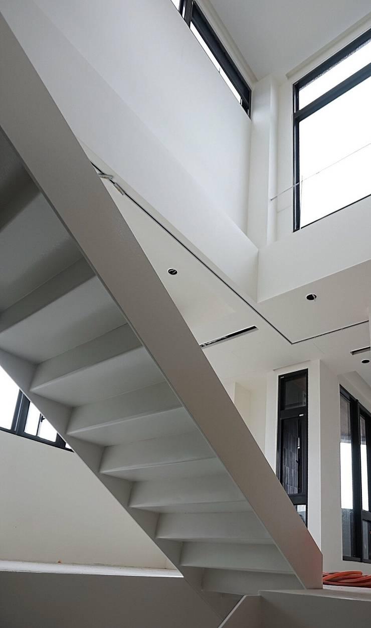SOHO之家:  走廊 & 玄關 by 行一建築 _ Yuan Architects